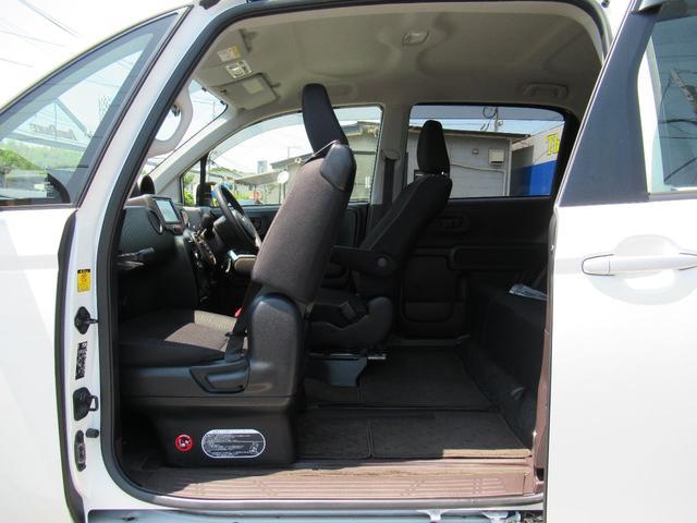 助手席シートもスライドすることで広くなります!!