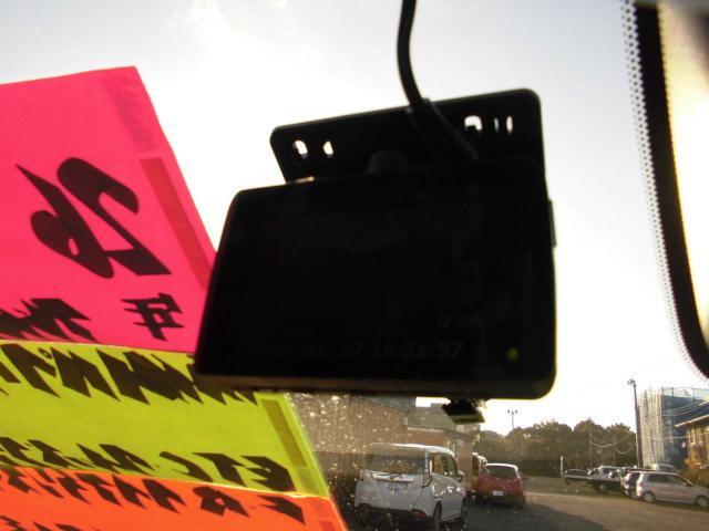 事故やあおり運転に遭遇した際に、動画を記録として保存できる、社外ドライブレコーダーが付いてます♪