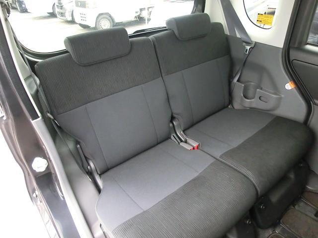 後席はスライド&リクライニング機能付き。大きな荷物を載せる際にはシートを倒してフラットにすることも可能です