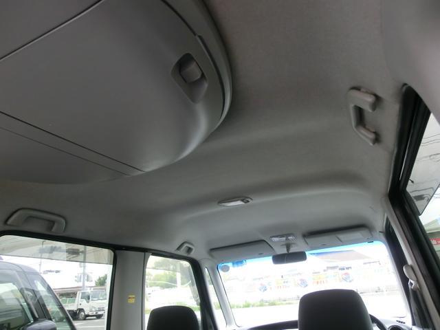 天井の状態。禁煙車でございますので綺麗です。後席天井には小物入れが付いています。