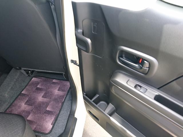 後部座席ドアにはアンブレラホルダー付き!雨の日の傘の置き場所にも困りません
