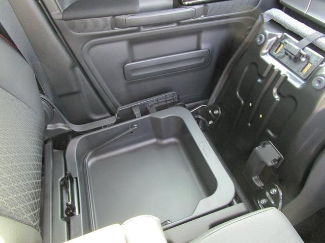 助手席の下にも収納スペースが?!色々な用途にお使いください♪