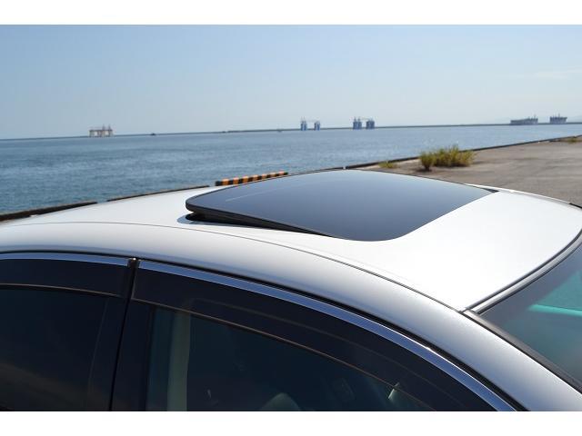 サンルーフ付きで天気のいい日は爽快な気分でドライブを楽しめますよ!