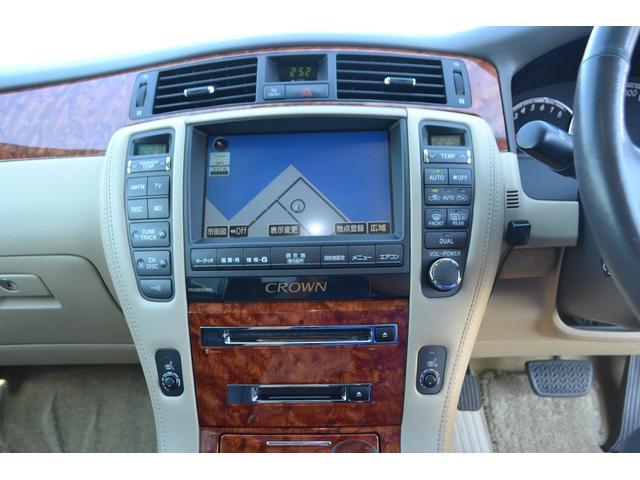エアコンはフルオートデュアルエアコンで年中快適!!運転席と助手席はそれぞれ設定温度も変えられるようになっています!