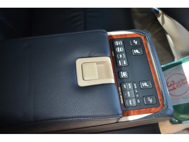 後部座席のアームレストはオーディオコントローラーやシートヒータースイッチなど装備満載!後部座席に乗りたい車?