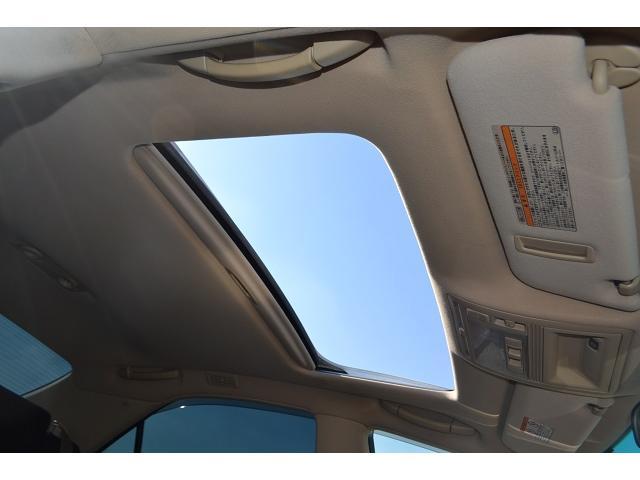 電動開閉式サンルーフで青空を眺めつつのドライブは気持ちがいいですよ!