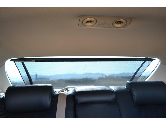 リアウィンドウのサンシェードは運転席からボタン1つで電動開閉!