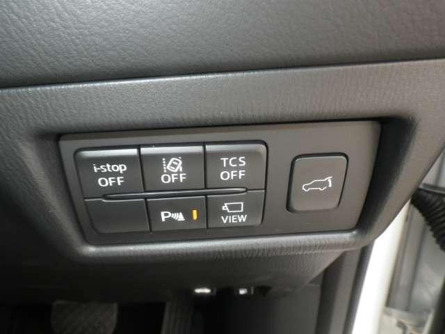 横滑り防止装置、車線逸脱警報システムなどの安全装備も充実。バック時の障害物を検知し知らせるコーナーセンサーや、360°ビューモニター、リアゲートの開閉スイッチがあります。