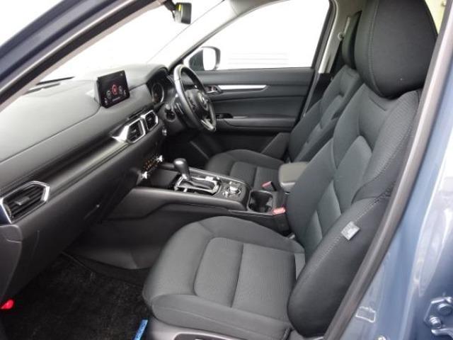 フロントシートはシートバックに体圧を分散できるサスペンションマットを使用。「体幹」をしっかりと支えることで、安心感と快適性が両立しております。