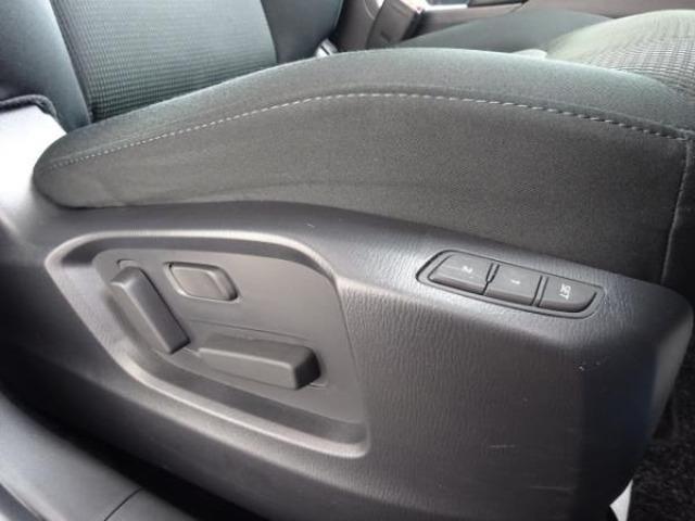 運転席はメモリー機能付10Wayパワーシートを採用。