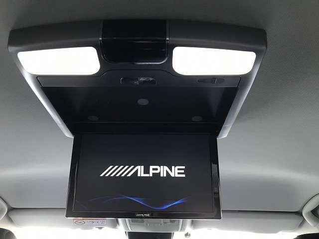 アルパイン製LEDルームランプ付きリアモニター。車両装備のDVD・地デジを後部座席で楽しむことができます。