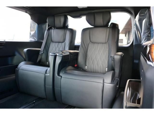 移動する車内を一人掛けのソファーでゆったり過ごすような贅沢な時間と空間にお客様を誘います。