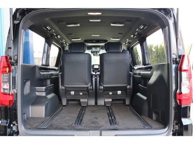 ディーラーオプションの【グランエース専用フロアマット】も装着済み!スライドレールで乗車スペースやラゲッジスペースの確保も可能です。