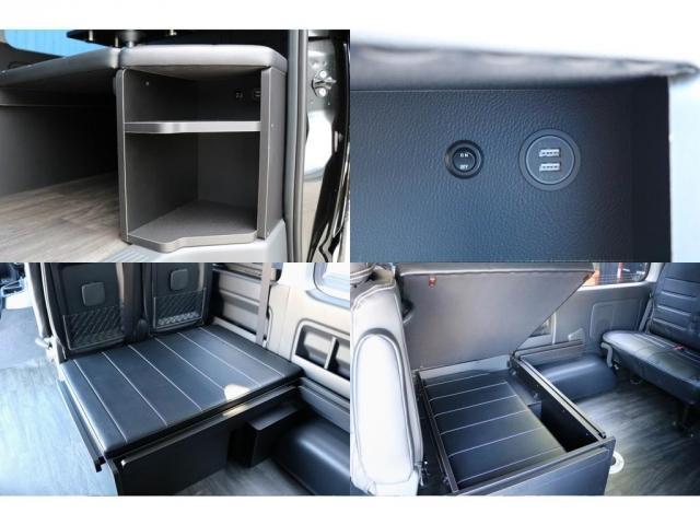 スライドドア横に小物置きラック&充電用USBソケットを装備♪取り外したベッドマットは、3列目後向き座席下に収納可能です!