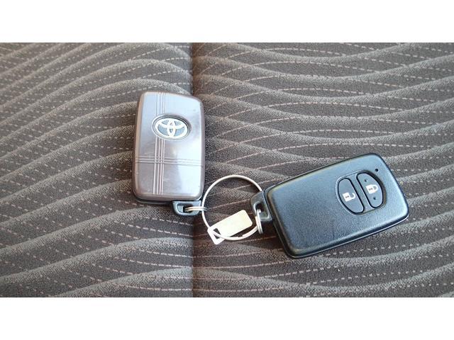 スマートキーです。バックやポケットの中に入れたままでキーロック、アンロック、エンジン始動できます。とっても便利です。スペアもあります。