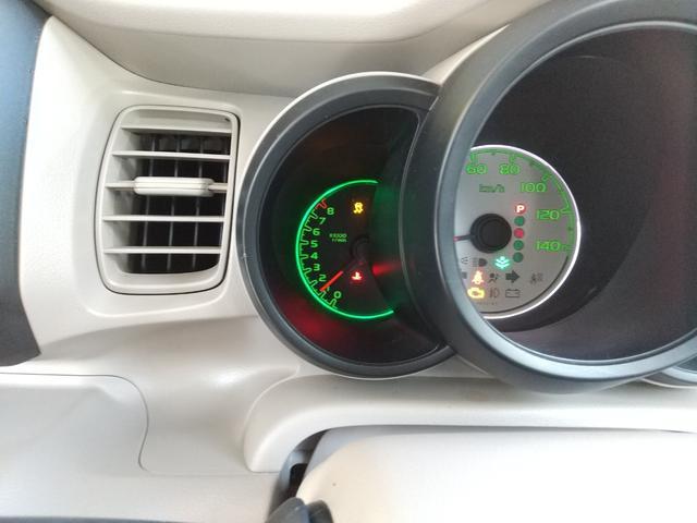 フロントシートもとても綺麗です。ひじ掛けはもちろん、ジュースホルダーも付いております!