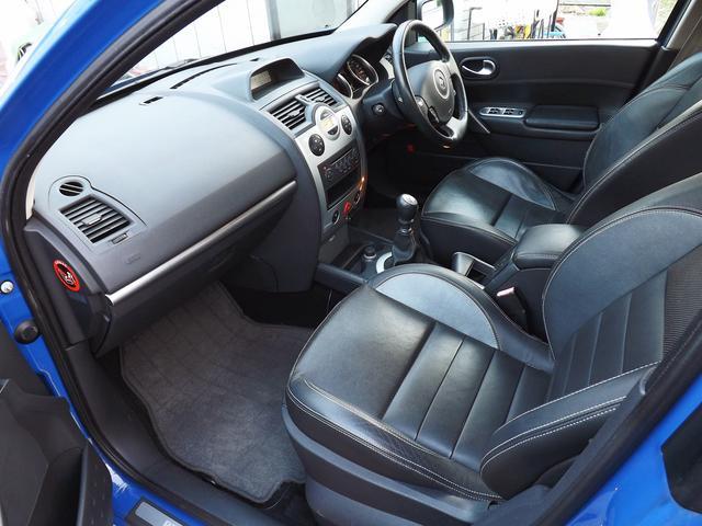 外装、内装ともに使用感が少なく、良好なコンディションを保っています。ルノー・スポール専用のブラックレザーシートは座り心地が良く、運転席、助手席、後席全てで乗り降りがしやすいこともグッドポイントです。