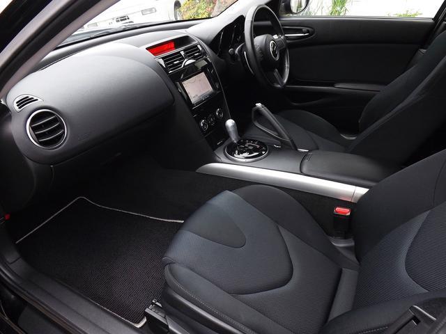 内装も清潔な状態です。RX-8特有の清々しい車内香が気分を高めてくれます。RX-8に起こりやすい症状である助手席エアバッグの割れもなく、全体として使用感の少ない良好な状態を保っています。