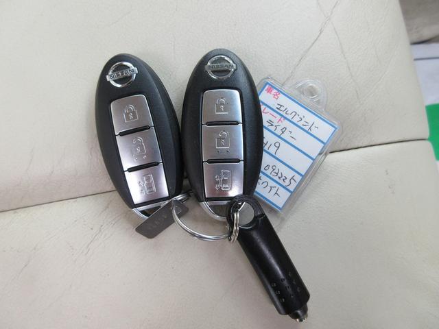 スマートキーです★鍵をバッグやポケットに入れたままでも、鍵の開け閉めはもちろんエンジンの始動もできます!ホントに便利ですよ♪