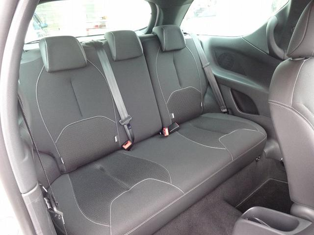 後部座席も3人座れるスペース。