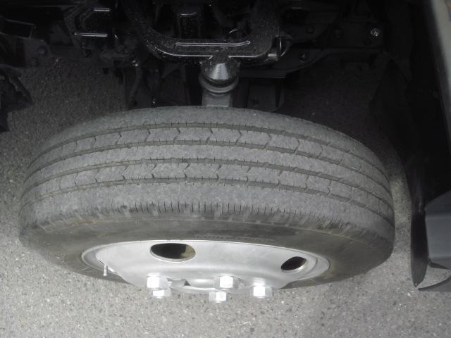前タイヤ 185 70R16 105 交換したばかりで残量10分山です