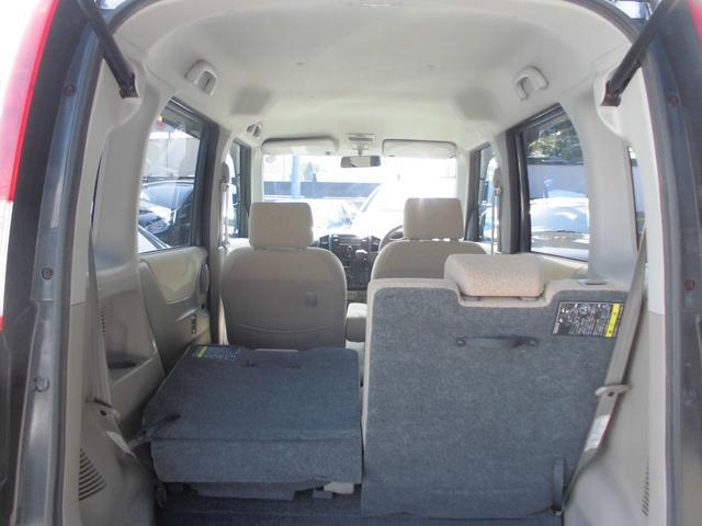 後席は片側ずつシートを倒せるので乗員と荷物に合わせてお使いいただけます