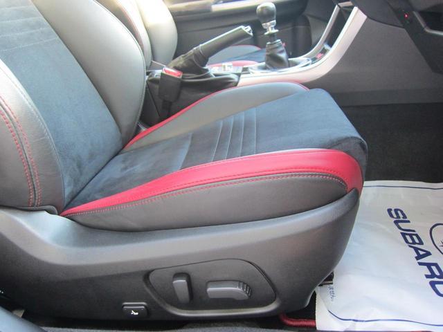 サイドビューモニター。助手席側ドアミラーに装着されたカメラの映像をマルチファンクションディスプレイに表示。ドライバーからは死角となる自車の左前方の様子を確認できます。