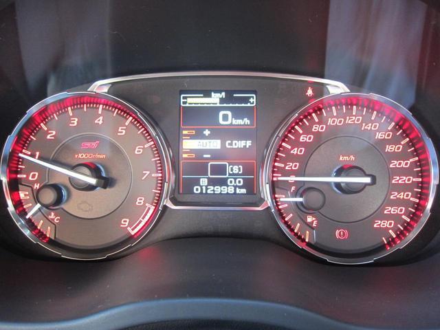 【EJ20 TURBO】そのトルク特性は、わずか2400回転で最大トルクの90%を発揮し最大値までほぼフラット。308ps、43.0kgf・m。STIフレキシブルタワーバー付き。