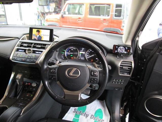 NX300h バージョンL サンルーフ 革エアーシート 三眼LEDヘッドライト 後席パワーシート プリクラッシュセーフティー パノラミックビューモニター ブラインドスポットモニター パワーバツクドア ワンオーナー(13枚目)