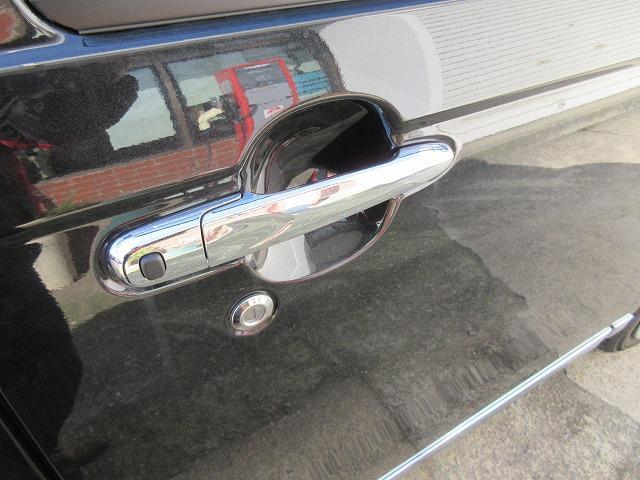 運転席側のドアを開けるヒンジにスイッチ付です!!このボタンを押せば鍵が施錠出来、いちいちキーレスのボタンを押さなくても済みます!!手が塞がっているときに非常に便利です!!