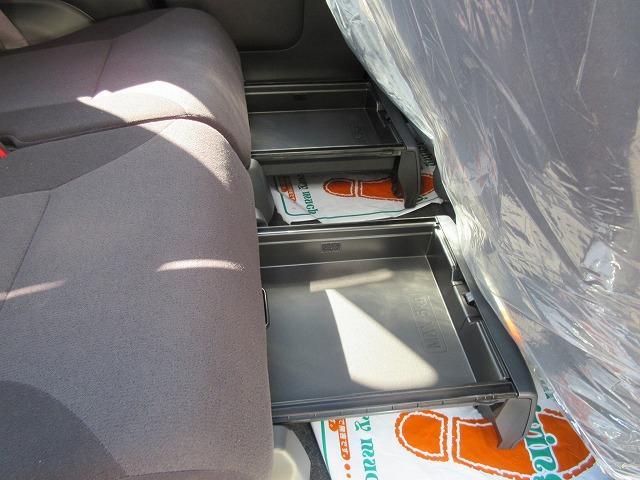 後部座席下にも引き出しが付いてます!!