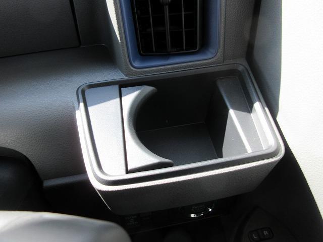 運転席のカップフォルダーは紙パックも入るようになってます!!これはすごく嬉しいです☆