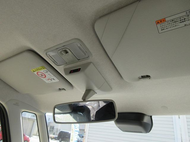 運転席、助手席のサンバイザーにも鏡が付いてます!!少し身だしなみを確認したい時に便利です!!
