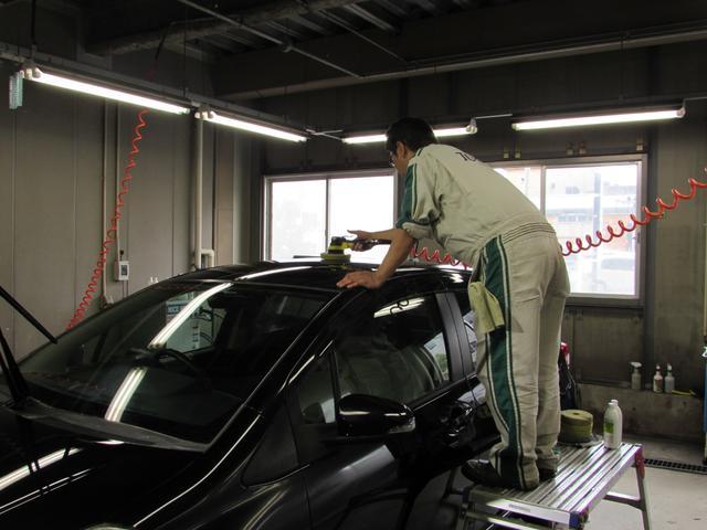 ボディの汚れは専用洗剤でしっかり洗浄。さらに、ボディ全体をポリッシャー(磨き器具)で磨き上げ・コーティング施工、つやつや・ピカピカのボディに仕上げます。