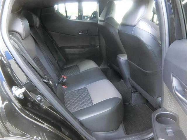 後席空間もしっかり確保!最適なパッド厚を追及した乗り心地の良いリヤシートです。6:4分割可倒式で、シート肩口のレバー操作で荷室の拡大も可能です。