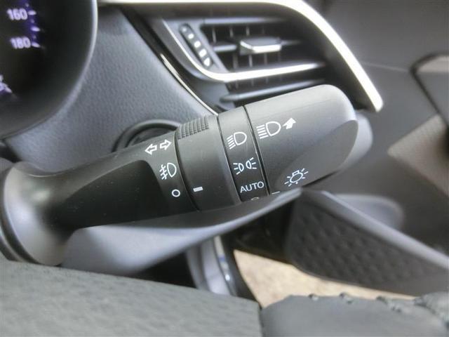 スイッチをオートに設定しておけば、車外の明るさに応じて自動的にヘッドランプを点灯・消灯します。夕暮れ時やトンネルの続く山道などを走行する時に便利なコンライトを装備しています。