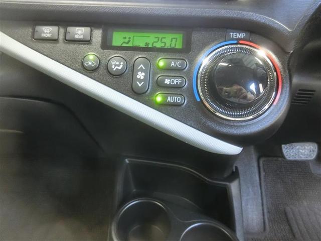 オートエアコンを装備しています。電気モーターでコンプレッサーを作動させるので、エンジン停止・始動に関わらず、快適な室内空調を実現しました。アイドリングストップの状態でもエアコンは効き続けます。
