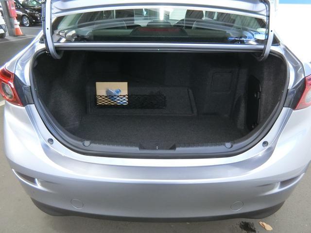 トランクはバンパーのすぐ上から開くので、開口部が大きく、奥行きもたっぷりで、荷物の出し入れがしやすくなっています。