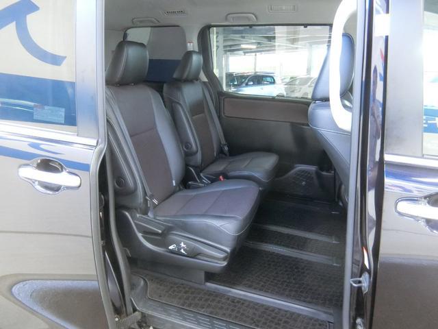 大開口で乗り降りしやすい低床フロア。セカンドシートはキャプテンシートで、ロングスライド・リクライニング・横スライド・両側アームレストを装備しています。