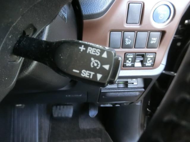 クルーズコントロールが付いています。一度速度を設定すると、アクセルを踏まなくても一定に速度を保ってくれる優れた装備です。高速道路を走行するのに便利です。