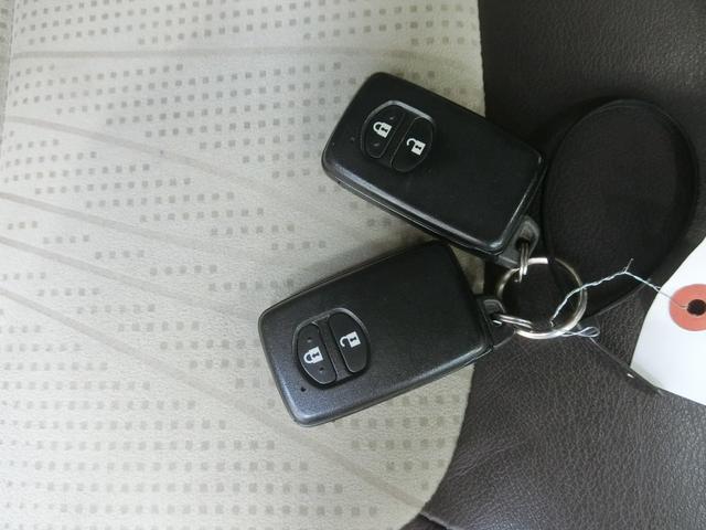 スマートキーです。バッグやポケットに携帯していれば、キーを取り出さなくてもドアの解錠・施錠ができます。エンジンの始動はブレーキを踏みながらパワースイッチをワンプッシュするだけです。