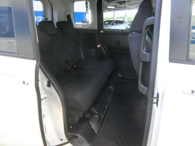 乗り降りがしやすい低床フロアと、乗降用大型アシストグリップを装備しています。