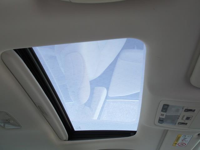 メーカーオプションの電動ムーンルーフが装備されており車内に心地いい開放感を与えてくれます