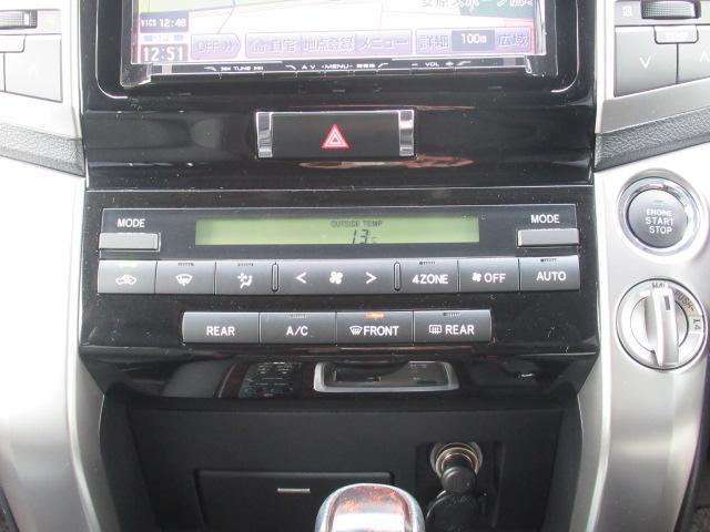 運転席、助手席での独立した温度コントロールが可能です♪さらに後席でも独立した温度コントロールが可能なパネルが付いています☆