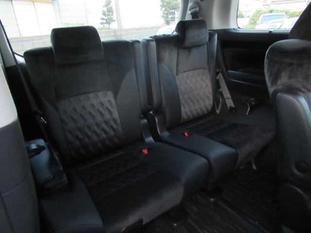 サードシートも大人がくつろげる広々設計されています♪