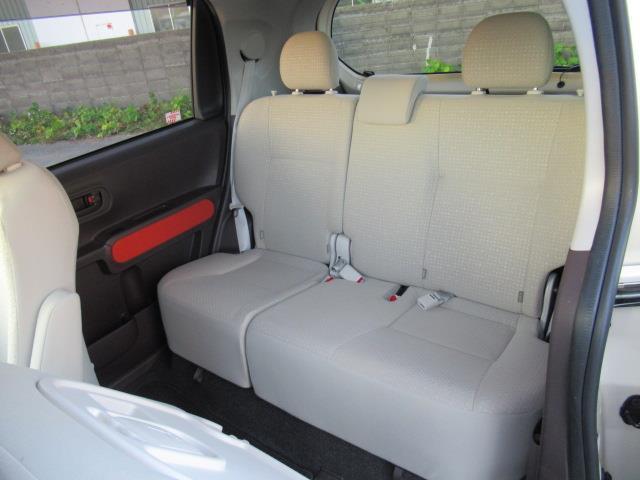 リヤシートの片側だけクッション(座面)をはね上げれば、大きい荷物もスライドドアから楽に室内へ積み込めます☆