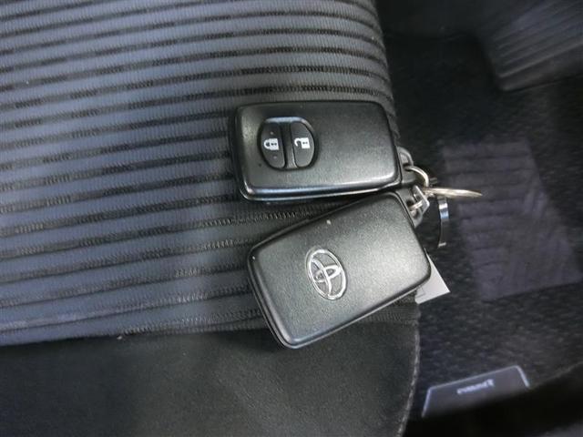 スマートキーです。バッグやポケットに携帯していれば、キーを取り出さなくてもドアの解錠・施錠ができます。ハイブリッドシステムの起動はブレーキを踏みながらパワースイッチをワンプッシュするだけです。