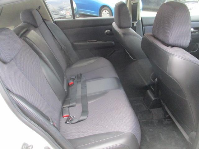 リヤシートの足元も広々しています。