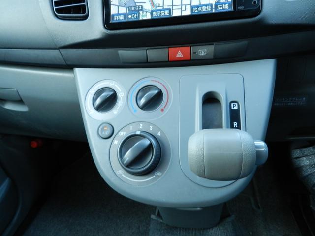 運転席ドアの内側にカップホルダーや小物入れがあります。