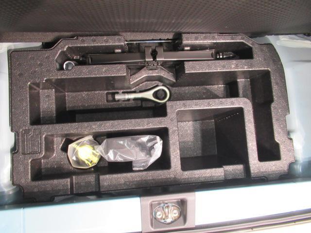 ジャッキやタイヤパンク修理キットが収納されています